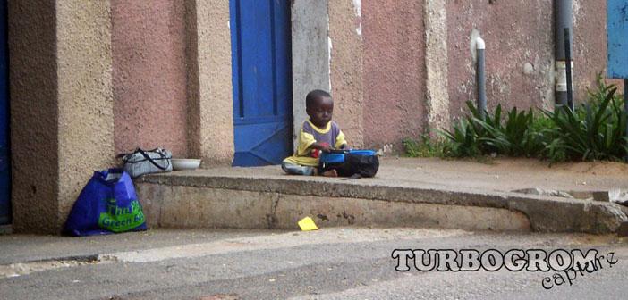 dijete kraj ceste gana