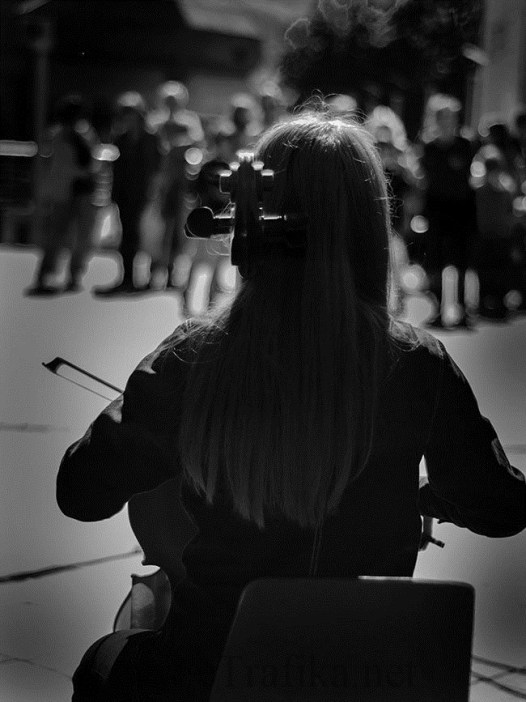 violinistkinja ispred boske