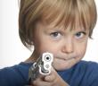 dijete i igracka pistolj