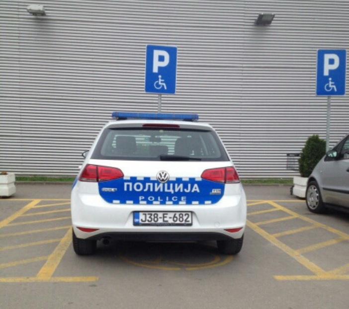 policajci osi parking (2)