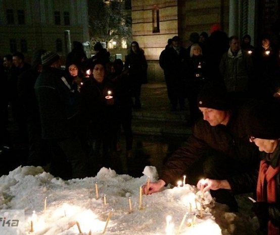 Građani mirno pale svijeće, policija motri na njih