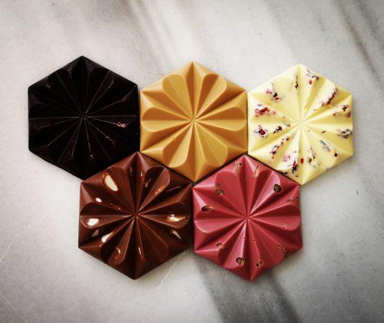 Bračni par proizvodi kraft čokolade
